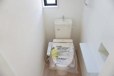 温水、暖房、ウォシュレット付の高機能トイレです。
