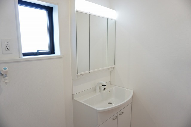 収納が隠れて使いやすい、シャワー付き三面鏡洗面ドレッサーです。