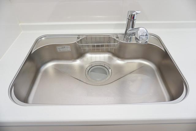 広々とした凸型シンクに洗剤ポケットを標準装備。大きなお鍋など洗いやすいです。洗剤や石鹸、スポンジもすっきりできる収納付き。