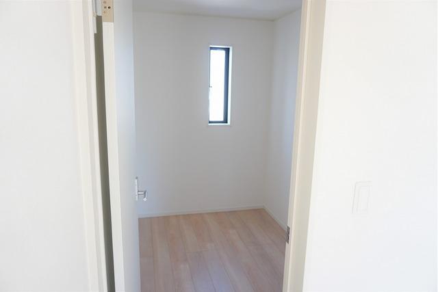 9帖の洋室に3帖のウォークインクローゼットが設けてあります。荷物もすっきり片付けられ、ゆとりのある暮らしが出来ますね。