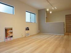 2階リビングなので明るく、また広々とした設計で、家族が集い、寛ぐ暮らしの空間を演出しています。