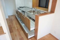 キッチンにはたっぷり収納付き。食器や調理器具を綺麗に整理できます^^