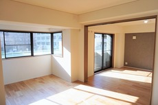 大きな窓のあるリビングは、陽光あふれる明るい空間です。居心地良く、ご家族皆がゆったり寛げる憩いの空間となりそうです。