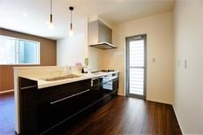 同仕様写真。カウンターキッチンなので、ご家族と会話をしながら楽しくお料理ができます。お掃除もラクラクです。