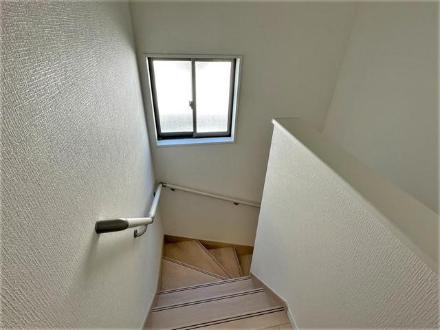 踏み場の広い手摺付き階段です。勾配も緩やかに設計されており、高齢の方でも安心できますね^^