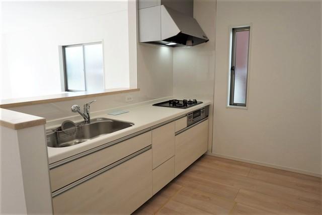 対面式システムキッチンなのでリビングにいるご家族とコミュニケーションをとりながら洗い物やお料理ができますね。