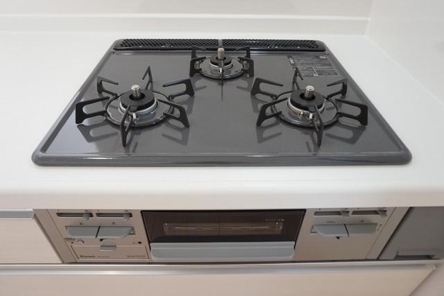 3種類の料理が同時に調理できる、3口ガスコンロ。忙しい夕食の支度時間が短縮できて嬉しいですね。