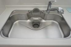 大きなお鍋も楽々洗える幅の広いシンクです^^ステンレスシンクなので簡単にお掃除できますよ。