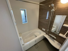 1日の疲れを癒すくつろぎのバスルーム。足を伸ばしてもゆったりと入れるサイズです。お子様と一緒にお風呂に入っても狭くないですね(^^