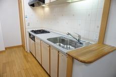 リビングの寛ぎを妨げないキッチン。作業スペースも十分に確保されています^^