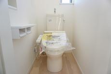 温水、暖房、ウォシュレット付の高機能トイレ。汚れが付きにくく、落ちやすい加工がされており、お掃除もラクラクです。