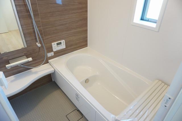 半身浴ができるベンチスペースがあり、節水にも効果を発揮します。1坪サイズなので、ゆったりとご入浴ができます。浴室暖房乾燥機付きです。