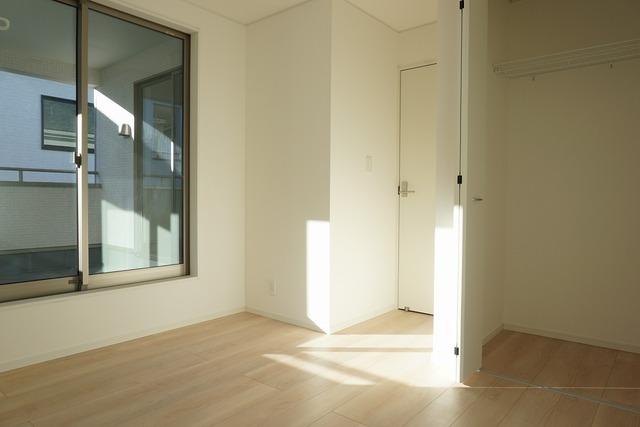 5.7帖の洋室。窓には断熱性・保温性にすぐれ、省エネ効果のあるペアガラスを採用。冬には結露を防止します。