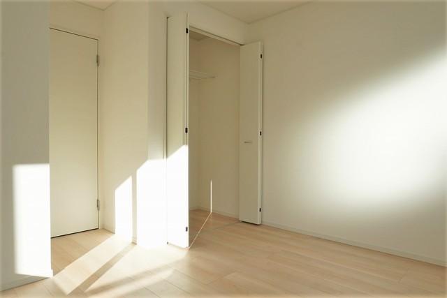 2面の窓から陽が差し込み、明るく風通しの良いお部屋となっております。
