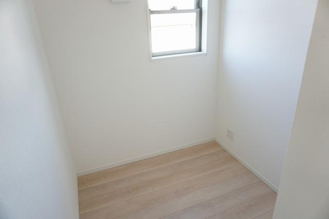 8帖の洋室奥に2.5帖のテレワークルームがあります。ちょっとした書斎として、収納としても活躍してくれそうです。