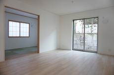 和室が隣接しているので、開放的にお使いいただけます。日々の生活をしやすい導線を考えた居住空間を創り上げております。