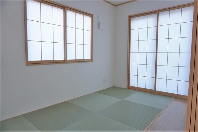 5帖の和室。普段はリビングとつなげて開放的なスペースとして。来客時には客間としてお使いいただけます。