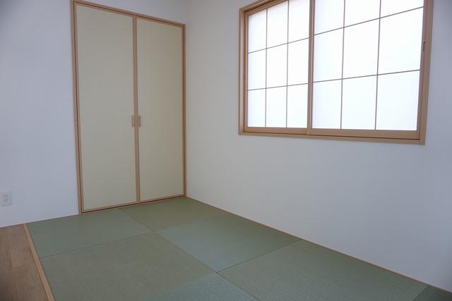 たっぷり入る押入れ付き。押入れは仕切りがあるのでお布団や季節物の家電などの収納に重宝します。