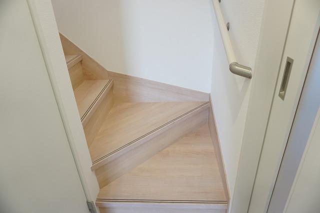勾配が緩やかに設計されており、上り下りもしやすいです。採光も十分に計算された、手摺付き階段。