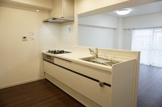 新設されたシステムキッチンです。対面式キッチンで楽しくお料理が出来そうです。