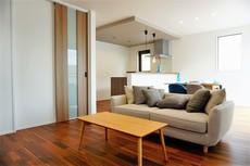 大きな窓のある2階リビングは、陽光あふれる明るい空間です。対面式キッチンを中心としたリビングダイニングで家族の会話が弾みそうです^^