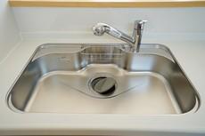 広々とした凸型シンクに洗剤ポケットを標準装備。大きなお鍋など洗いやすいです。洗剤や石鹸、スポンジもすっきりできる収納付きです(^O^)/