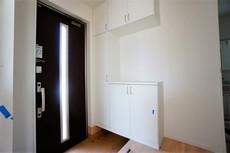 採光も考えられた明るい玄関です。TVインターホンが装備されているので、セキュリティーも安心。