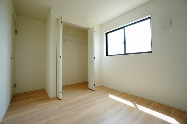 住む人のこだわりを活かす洋室^^日当たりがよく、寝室としての利用もおすすめ。広めのクローゼットもあり荷物もすっきり片付けられ、ゆとりのある暮らしが出来ます^^