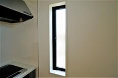 コンロ横には小窓が付いています。換気扇と窓のW換気ができます^^