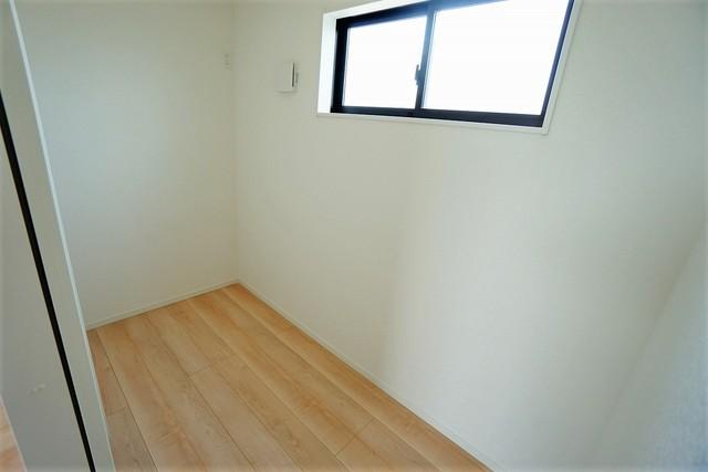 7.2帖の洋室奥には、2.2帖のテレワークルームが設けられています。小窓付きなので、陽当たりも風通しも良好です^^