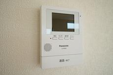 防犯性もばっちり、TVモニター付きインターフォン完備。大きなモニターで玄関先を確認できます。録画機能が付いているので不在時の訪問者も確認できて安心です^^