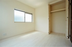 同仕様写真。住む人のこだわりを活かす洋室^^日当たりがよく、寝室としての利用もおすすめです。広めのクローゼットもあり荷物もすっきり片付けられ、ゆとりのある暮らしが出来ます^^