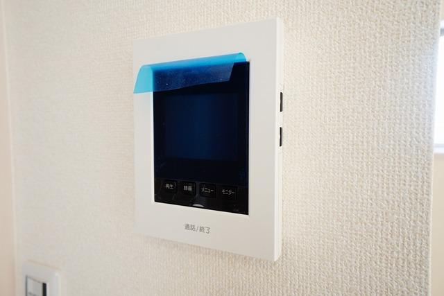 同仕様写真。防犯性もばっちり、TVモニター付きインターフォン完備。大きなモニターで玄関先を確認できます。録画機能が付いているので不在時の訪問者も確認できて安心です^^