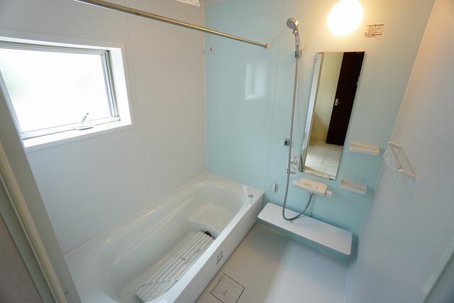 同仕様写真。1日の疲れを癒すくつろぎのバスルーム。足を伸ばしてもゆったりと入れるサイズです。お子様と一緒にお風呂に入っても狭くないですね^^