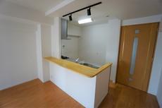 対面式キッチンでリビングの様子が見渡せます。カウンター付きなので作業やお食事スペースとして快適にご活用いただけます^^