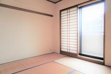 リビングに隣接する6帖の和室。和室はお子様の遊び場所としても重宝しますね^^たっぷり収納できる押入れ付きです。