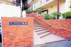 エントランスに続く階段は段差が低く、手摺り付きなので安心して上り下りできますね^^