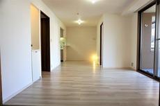 14.8帖のLDK。リビングダイニングは11.3帖です^^全室クロス貼替・全室床貼替済みです。網戸も張替えされてます^^カーテンレール交換済み。