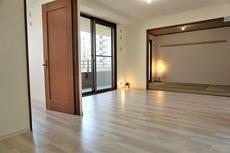 リビングには6帖の和室が隣接しているので、解放感のある空間としてお使いいただけます^^南東向きの窓で陽当たり良好です^^