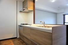 対面式カウンターキッチンでお子様の様子が見守れます。カウンタートップは耐熱性に優れており、日ごろのお掃除もふき取るだけでOK。ステンレスシンクも簡単にお掃除できますよ。
