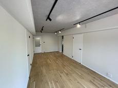 11.7帖のリビングダイニング。オークの床材・白い建具が爽やかです。ご家族が自然と集う素敵な空間になりそうです。