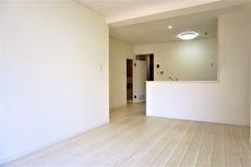 13.5帖のLDK。室内クリーニング済み^^フローリングが明るいカラーになっているので空間を広く見せ、家具やインテリアも合わせやすいですね^^