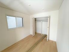 1階洋室には大きめのクローゼットが付いています。すっきりと整理整頓できるので気持ちよくすごせます^^
