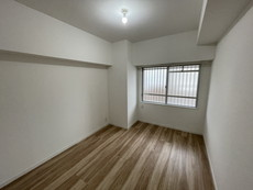 約5.6帖の洋室です。家具を合わせやすい色合いの壁紙とフローリングです。