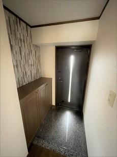 玄関扉から光の差し込む明るい玄関です。シューズボックス付きです