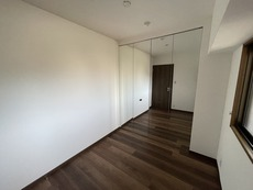 玄関入って右手の洋室です。ミラー付きの収納は全身が見えるので外出前の身だしなみをチェックしやすいですね。