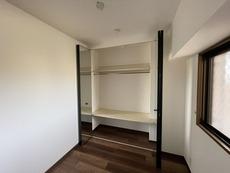 ミラーの内側はしっかりと収納スペースを確保しています。ハンガーパイプもしっかりあるのでたくさんの洋服が収納できそうです^^