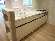 対面式カウンターキッチンでお子様の様子が見守れます。ステンレスのカウンタートップは耐熱性に優れており、日ごろのお掃除もふき取るだけでOK。ステンレスシンクも簡単にお掃除できますよ。