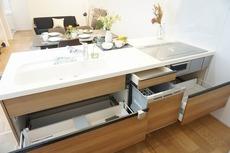 対面式カウンターキッチンでお子様の様子が見守れます。ステンレスのカウンタートップは耐熱性に優れており、日ごろのお掃除もふき取るだけでOK。