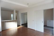 優しい光が常時入るリビング。和室と繋げると20帖以上のの広々とした空間になります。